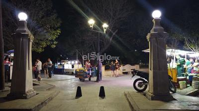El paseo dominical de la Alameda siempre luce concurrido, sin embargo esta tarde-noche las inmediaciones del parque lucen solitarias.
