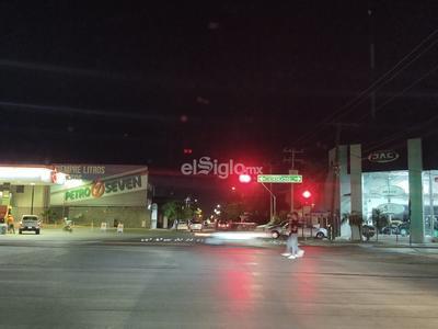 La calzada Colón luce con poca afluencia vehicular y de peatones.