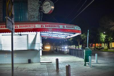 Salvo dos o tres negocios de comida que se ubican sobre el Paseo Morelos, la mayoría dejó de funcionar. En los restaurantes abiertos se observaron muy pocos clientes, por lo que los dueños manifestaron su preocupación por las pérdidas que les generará la contingencia, que se estima permanecerá por varias semanas.