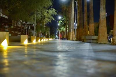 """El Paseo Morelos, uno de los puntos de la ciudad que regularmente registran gran """"movimiento"""" los fines de semana, lució prácticamente solo debido a la contingencia por el COVID-19; solo se observó a una o dos personas caminando o sentadas en las bancas de concreto."""