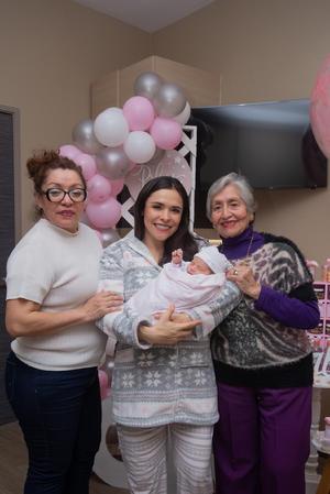 23032020 Valeria Aranda se encuentra muy contenta por la llegada de su hijita, Roberta Martínez. En la fotografía las acompañan las orgullosas abuelita y bisabuelita, Lucy Gómez y Coco Gómez.