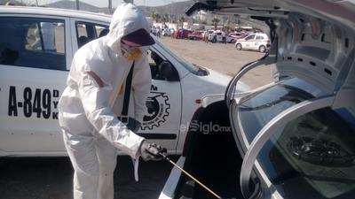 Esta mañana, cientos de vehículos entre autobuses y taxis se congregaron en la explanada del Estadio Rosa Laguna para ser sujetos a la aplicación de un químico que reduce los microorganismos hasta cierto nivel de seguridad.