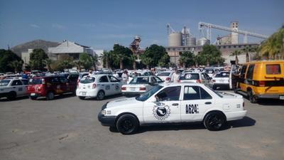 Este viernes se formaron largas filas sobre el bulevar José Rebollo Acosta y en el caso de los autobuses el proceso de sanitización tuvo una duración de 38 a 42 segundos mientras que en los taxis, la aplicación del químico se hizo en un periodo de 25 a 30 segundos.