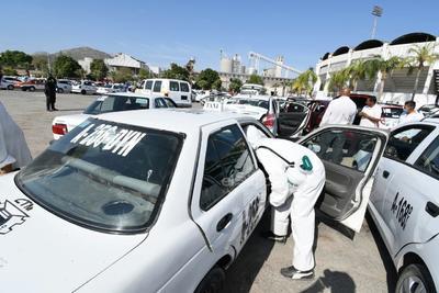 Sanitizan unidades del transporte público de La Laguna de Durango por COVID-19