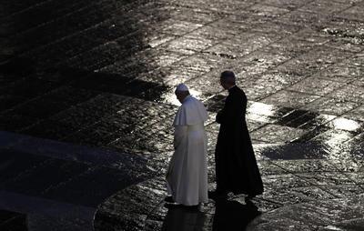 Rezó por la humanidad en el Vaticano.