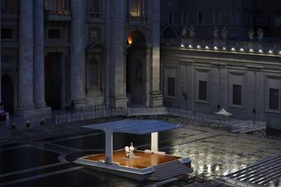 Francisco rezó en solitario ante la inmensa plaza vacía de San Pedro.