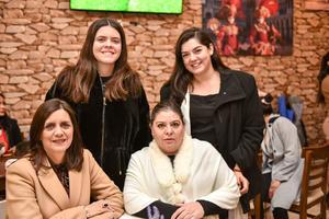 28032020 DISFRUTAN DE INAUGURACIóN.  Bárbara, Elena, Guille y Alicia.