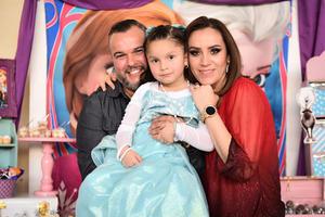 29032020 Victoria celebró su cumpleaños número cinco por lo que le fue organizada una divertida fiesta, en la fotografía la acompañan sus papás Lineth Gallegos y Jesús Ibarra.