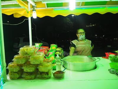 Los vendedores ambulantes se quejan de no recibir apoyos por parte del gobierno durante la contingencia por el COVID-19, pero que el pago por derecho de piso de Plazas y Mercados es de 29 pesos diariamente.