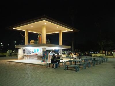 """Lugares como el kiosco y otros establecimientos de venta de comida están sin consumidores, y los pocos que asisten, lo hacen sin tomar las debidas precauciones como la """"sana distancia"""" entre los que ocupan una mesa o en los juegos infantiles."""