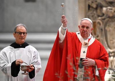 El Papa Francisco llamó a los creyentes a que abran su corazón a Jesús para que sientan su consuelo.