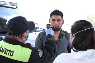 Revisan a paisanos en filtro sanitario de Gómez Palacio