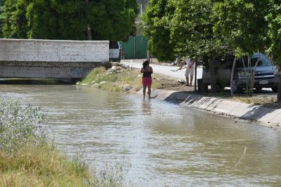 Personas que viven en colonias muy cercanas al caudal, acostumbran realizar actividades cotidianas, pese al riesgo de caer accidentalmente al agua y perder la vida.