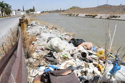 Se utilizan los canales de riego como depósitos de basura o escombro y la acumulación de desechos provoca desbordes del agua.