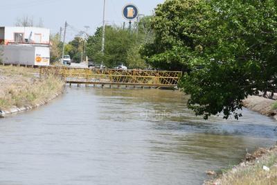 Aunque algunas zonas de los canales son de menor dimensión, con poca profundidad y aparentemente el agua está tranquila, las personas están expuestas a ser arrastradas por la corriente.