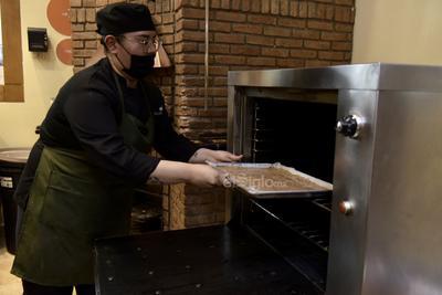 Después, hay que sacar el producto del horno y voltear el bizcocho en una manta limpia con azúcar glas para evitar se pegue, y enrollamos. Así enrollado dejamos enfriar por 20 minutos, pasado el tiempo quitamos la manta y dejamos enfriar por 10 minutos más.