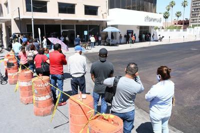 Varias personas acudieron acompañadas, pese al pedido de solo un cliente por banco.