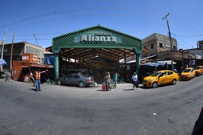 Cientos de personas recurren el mercado para surtir sus hogares y negocios con la compra de frutas, verduras, carne y otros alimentos.
