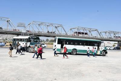 A través de los filtros sanitarios instalados en los puentes que unen a Torreón y Gómez Palacio se comenzaron hoy a restringir acceso de unidades, incluso las de ruta urbana.