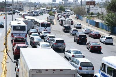 Los filtros de revisión generaron largas filas de automóviles y camiones que buscaban cruzar a Torreón.