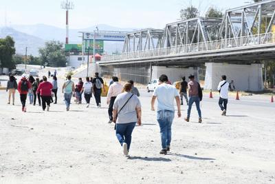 Debido a dichas restricciones algunos pasajeros fueron bajados de las unidades para que continuaran su paso hacia Coahuila por el lecho seco del Río Nazas y de forma pedestre, siempre y cuando también tuvieran puestos sus cubrebocas y guardaran la sana distancia.