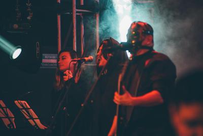 Detrás de la bocina del celular, la voz es de Felipe Perales, manager de esta agrupación que el pasado 10 de abril lanzó el material titulado Crucificado, un corte de su primer álbum grabado en vivo al que bautizaron con el nombre de La Conciencia Raw Sessions.