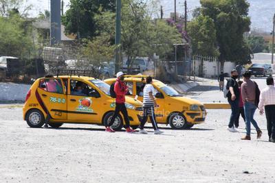 Las diferentes líneas de taxis de la ciudad de Torreón que se enteraron de que los choferes de Gómez Palacio bajaron a sus pasajeros a la altura del Puente Plateado, aprovecharon la circunstancia para conseguir viajes que condujeran a los usuarios a la zona centro.