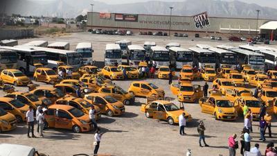 Fue en punto de las 10:00 horas que se inició con la actividad de sanitización profunda de más de 100 camiones de todas las rutas, además de unos 150 taxis de las diversas líneas.