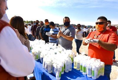 Durante el evento se entregaron a los choferes paquetes con ese tipo de sustancias para que sean aplicadas en las próximas semanas, además de cubrebocas y hasta guantes.