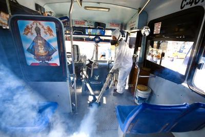 Sanitizan unidades del transporte público en Torreón