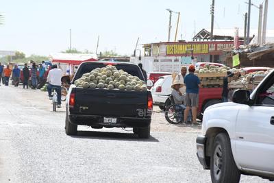 A ese lugar llegan compradores incluso con tráileres que, luego de pactar el precio con los productores-vendedores, comienzan a cargar para luego salir hacia lugares como Guadalajara, Monterrey o la Ciudad de México.