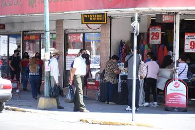 A pesar de que la pandemia ha golpeado a la mayoría de los negocios, en el Centro de Ciudad Lerdo aún se observa a clientes comprando.