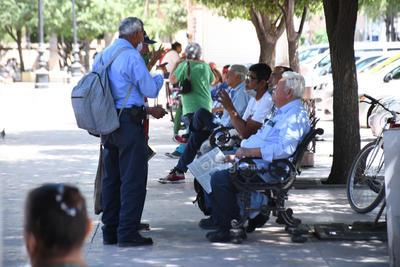 Gran parte de los paseantes de la tercera edad en la Plaza de Armas de Torreón se aglomeran en bancas y sin utilizar cubrebocas, omiten las precauciones básicas de salud de las autoridades.
