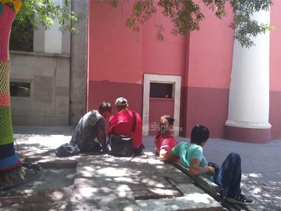 Salen a las calles. Todavía hay ciudadanos que no acatan el aislamiento social y salen a las calles como si no existiera la contingencia; algunos otros tienen que dejar sus domicilios para acudir a sus trabajos.