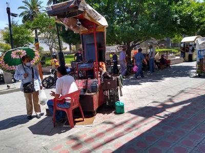 Hay de todo. Boleros, vendedores de dulces, de fruta, comida y adultos mayores que piden ayuda, se observan en las calles durante la 'hora pico'.