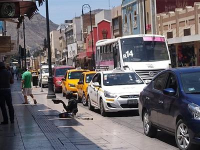El tráfico no para en el Centro de la ciudad. A diario circulan decenas de coches por la zona Centro de la ciudad, de personas que acuden a realizar sus compras y surtir sus despensas.
