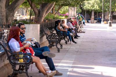 Se resisten a retirarse de la histórica Plaza de Armas de Torreón. Adultos mayores se resisten a retirarse de la Plaza de Armas de Torreón, diariamente se aglomeran en las bancas del espacio, sin utilizar cubrebocas y hasta compartiendo alimentos de los puestos ambulantes.