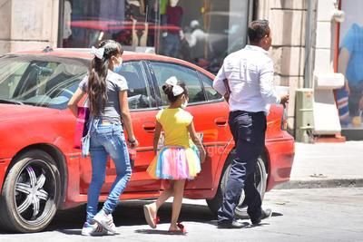 """Salen a la vía pública """"en familia"""". A pesar de que se recomienda dejar a los adultos mayores y niños pequeños en casa ante el riesgo de contagio, algunas personas siguen optando por salir a la vía pública en familia."""