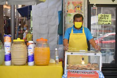 Siguen laborando con precauciones. Vendedores de alimentos en el sector Centro de Torreón siguen tratando de vender sus productos diariamente, adoptando en lo posible las medidas de prevención del contagio que les han indicado las autoridades.