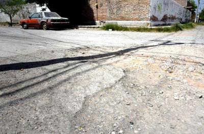 Peligroso. De grandes dimensiones es como los baches atemorizan a todo aquel que transita la sinuosa vía sobre la calle Del Comprador y calle de Los Zapatos, debido a su gran extensión y profundidad.