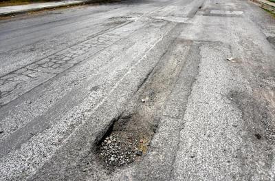 Mala calidad. Los trabajos del Simas también han mermado la vialidad con un deficiente trabajo de recarpeteo, pues se ha erosionado.