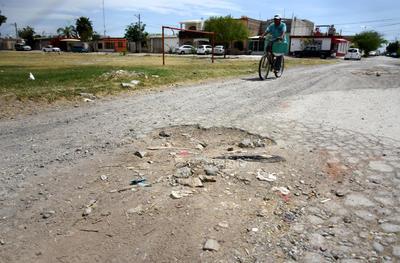 ¡Cuidado! Vecinos de las colonias Villas la Merced y Residencial del Norte sufren la mala calidad de sus calles, pues hay grandes baches.