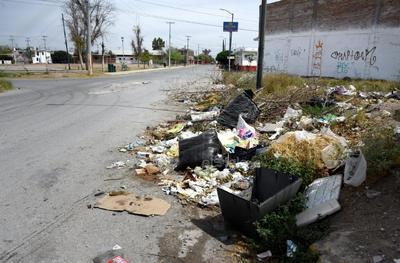 Baldío. Además de esquivar las imperfecciones del asfalto, un basurero improvisado se suma a la deficiente imagen de la zona.