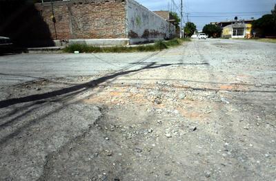 ¿Y la calle? Sobre el cruce Del Comprador y de Los Zapatos de la colonia Villas la Merced, la carpeta asfáltica se encuentra completamente destruida. El transitar por este espacio es un verdadero peligro, tanto para los peatones como para los automovilistas.
