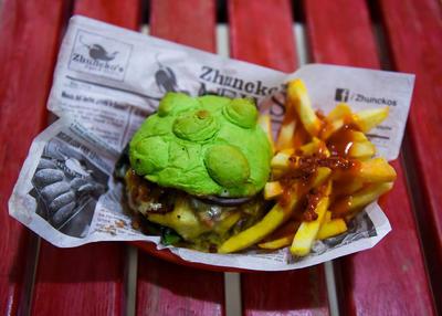Ante la baja en ventas de dichos alimentos, su propietario, René Saucedo, pensó en cerrar el local, pero la pensó mejor y antes de darse por vencido preparó un antojo que está causando furor: la Coronaburger.