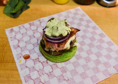 Pero, ¿cómo René Saucedo prepara la hamburguesa y qué ingredientes le pone?, aquí lo cuenta.