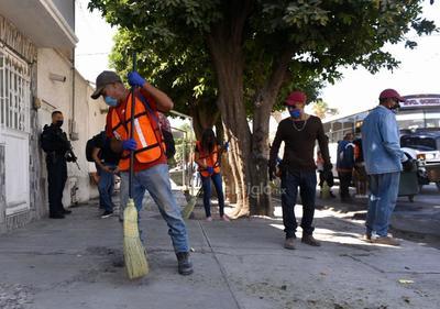 Es un grupo de 11 personas que fueron sorprendidas por elementos de seguridad pública realizando actividades no esenciales en las calles, por lo que fueron sancionados.