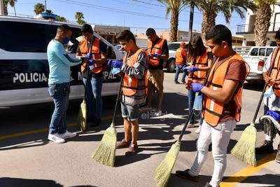 Algunos menores de edad fueron entregados en sus domicilios y en total fueron 11 los que llevaron a cabo trabajo comunitario, que consistía en barrer algunos puntos de la ciudad durante tres horas.