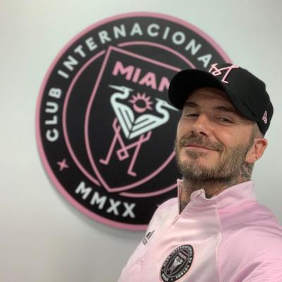 Feliz cumpleaños a una leyenda del futbol como David Beckham, expresó el PSG en sus redes sociales, para celebrar al ídolo de la publicidad que usó su camiseta para retirarse en mayo de 2013.