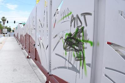 Mal aspecto. Así lucen desde hace tiempo varios de los parabuses debido a los grafiteros de todas las edades que en forma impune hacen sus pintas donde quieren.